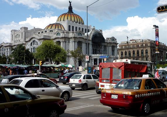 A több mint 20 millió lakosnak otthont adó Mexikóváros egyes részei az elmúlt száz évben kilenc métert süllyedtek. Amellett, hogy a folyamat a jövőben még drasztikusabb lehet, a helyiek ivóvíz-ellátásának megoldása is kérdésessé válhat.