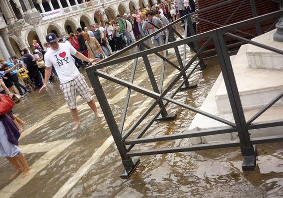 Az olaszországi Velence időtlen idők óta süllyed, az elmúlt évszázadban azonban a folyamat jelentősen felgyorsult, a város 24 centimétert süllyedt ez idő alatt, annak ellenére, hogy a helyi hatóságok mindent megtesznek, hogy ezt elkerüljék.