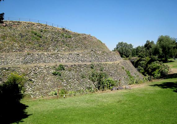 A Mexikói-völgyben, a Texcoco-tó déli partjánál található, ősi Cuicuilco nagyobb részét máig megkövesedett vulkáni láva borítja.