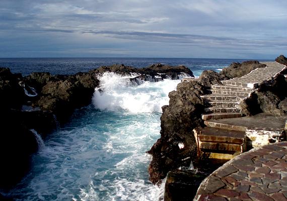 A tenerifei Garachico óvárosát vulkáni lávafolyam temette el, melynek nyomai a tengerparton máig láthatók.