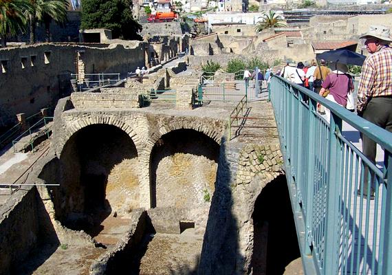 Az ókori római nyaralóváros, Herculaneum Pompejivel egy időben pusztult el a Vezúv kitörése miatt.
