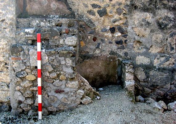 A világ leghíresebb eltemetett városa Pompeji, melyet a Vezúv kitörése pusztított el 79-ben.