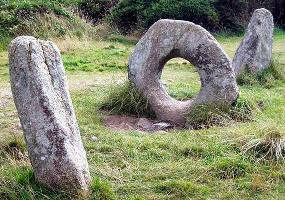 Az Angliában elhelyezkedő ősrégi Men-an-Tol kerek sziklája igazi zarándokhely a teherbe esni vágyó nők számára.