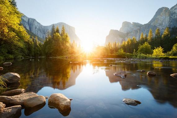 Az 1890-ben alapított kaliforniai Yosemite Nemzeti Park szépségét csak még inkább fokozza a felkelő nap.