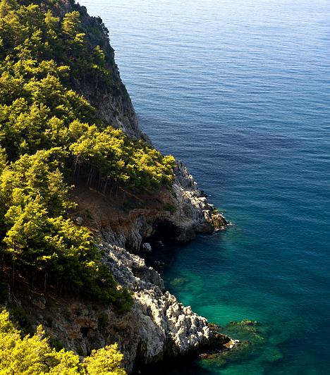 Alanya, Törökország  A Földközi-tenger partján elterülő, népszerű török üdülőváros hosszú évek óta a magyarok egyik nagy kedvence, köszönhetően a mediterrán éghajlatnak, a természeti szépségeknek és a történelmi látnivalóknak. Az egykori kikötőváros festői elhelyezkedéséhez a fölé magasodó Torosz-hegység fokozza még tovább.