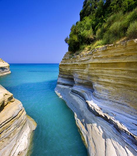 Korfu, Görögország  A Jón-tengeren fekvő görög sziget az egyik legmesésebb úti cél a mediterrán térségben. Valódi kis paradicsom, mely amellett, hogy az itt élő Gerald Durrellt is megihlette - itteni élményeinek köszönhető a Családom és egyéb állatfajták -, Sziszi is itt rendezte be magának palotáját. Az Achilleon ma is Korfu egyik legfőbb nevezetessége.