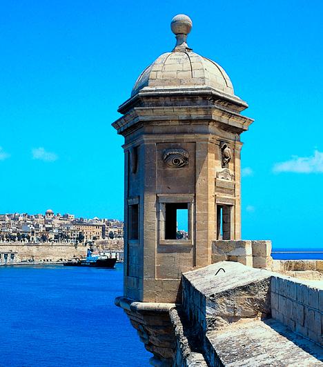 Málta  A dél-európai szigetország a Földközi-tenger középső részén, Szicília és Afrika között fekszik. Mediterrán üdülőhelyként a hazai turisták körében is egyre népszerűbb, hiszen minden megtalálható itt, ami a tökéletes nyaraláshoz kell, legyen szó gyönyörű tengeröblökről, ősi, misztikus romokról vagy épp középkori látnivalókról.