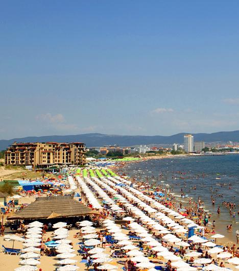 Napospart, Bulgária  Napospart térsége Bulgária legmodernebb és legnagyobb nyaraló-, üdülő- és szállodaövezete, mely 2000 óta tartó felvirágzásának köszönhetően újra népszerű a magyar turisták körében. A napsütés és a tengerparti hangulat itt is adott, ráadásul jóval olcsóbban, mint akár Görögországban vagy az Adrián.