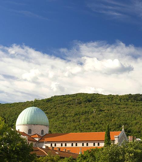 Opatija, Horvátország  A pálmafákkal övezett villák, az erdős partot szegélyező, évszázados szállodák is tanúskodnak arról, hogy Opatija hosszú évek óta a horvát tengerpart egyik legnépszerűbb üdülőhelyének számít. A meredek, tengerre néző hegyre épült városból továbbá gyönyörű kilátás nyílik a Kvarner-öbölre, ami szintén az egyik legkedveltebb úti céllá teszi a környéken.  Kapcsolódó cikk: A legszebb horvát tengerpartok »