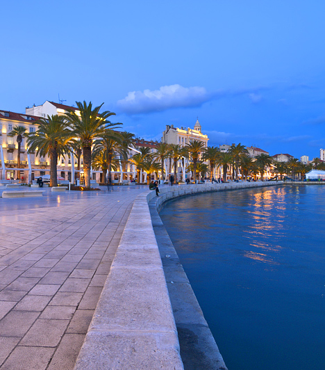 Split, Horvátország  Horvátországban az élet igazán Közép-Dalmáciában zajlik, egy ideje pedig minden út Splitbe vezet, talán ez a város nevezhető a legnépszerűbb úti célnak az országban. Split legfőbb látnivalói közé tartozik világ egyik legtökéletesebben fennmaradt római kori palotája, valamint a tengerparti sétány, melyen szinte mindig zajlik az élet.  Kapcsolódó cikk: 3 gyöngyszem tengerpart város Horvátországban »
