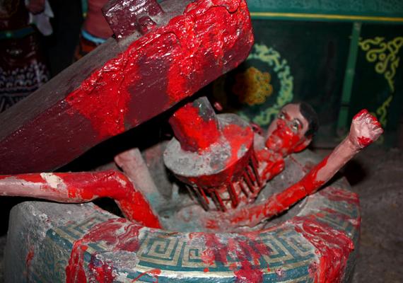 A parkban megszámlálhatatlanok a nyugalom megzavarására alkalmas szobrok, például a pokol különféle megjelenítései.