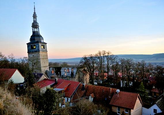 A német Frankenhausen templomának tornya szintén ferde: nem egyenesítették ki, azonban stabilizálására nagyon sokat költöttek.
