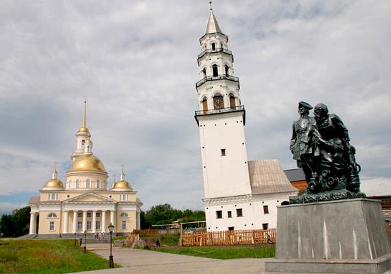 Az oroszországi Nevyanskban is található egy ferde torony, mely a 18. század első felében épült.