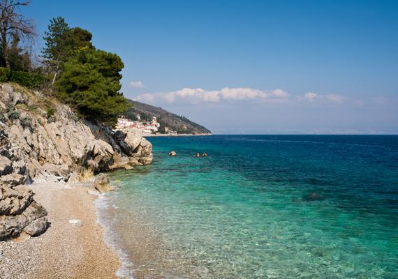 Moscenicka faluja Opatija mellett fekszik, a helyi nudista strand a község központjától csupán 15 perc sétára található. A kissé kavicsos partszakasz kicsi ugyan, de gyönyörű.