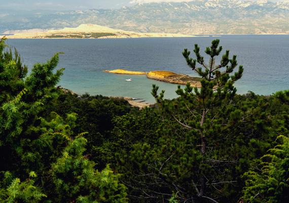 A Stolac-strandok a Rab-szigeten, Loparnál terülnek el, San Marino közelségében. A víz itt azért tud tiszta és csendes maradni, mert egy kis sziget védelmezi a partszakaszt.