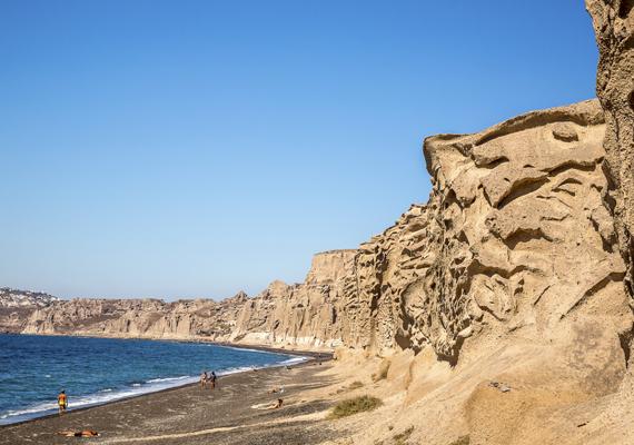A görög Vlychada strand Santorinihez tartozik. Az egyetlen, ami itt megzavarhatja a fürdőzés élményét, az a szél.