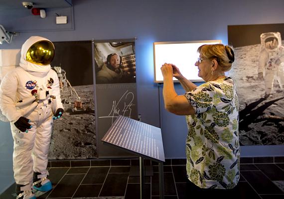 A bakonybéli, 800 négyzetméteres ismeretterjesztő komplexumban a távcsőpark mellett digitális planetárium, valamint csillagászati és űrkutatás-történeti kiállítások várják az érdeklődőket.