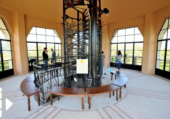 Újra megnyitott a margitszigeti víztorony: az idén 101 éves épület a vetített képzőművészeti és fotótárlatokkal kiállítóhelyként, illetve körpanorámás kilátóként üzemel.