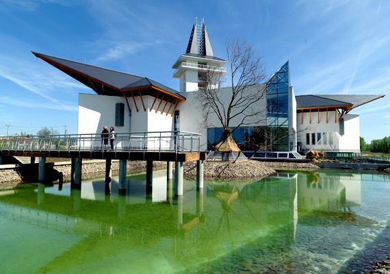 A Poroszlón megnyílt Tisza-tavi Ökocentrumban Európa legnagyobb, egymillió literes édesvízi akváriumrendszere is helyet kapott. A központ a Tisza-tó, a Tisza-völgye és Magyarország őshonos vízi élővilágát mutatja be.