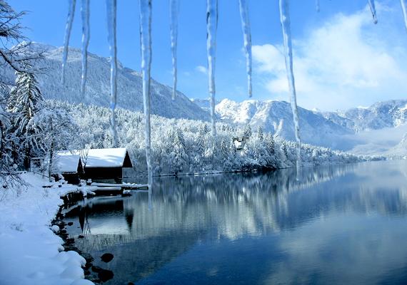 A szlovéniai Bohinj-tónak a hegyek épp olyan varázslatos hangulatot kölcsönöznek, mint a szikrázó hó és a jég. Kattints ide a nagy felbontású képért!