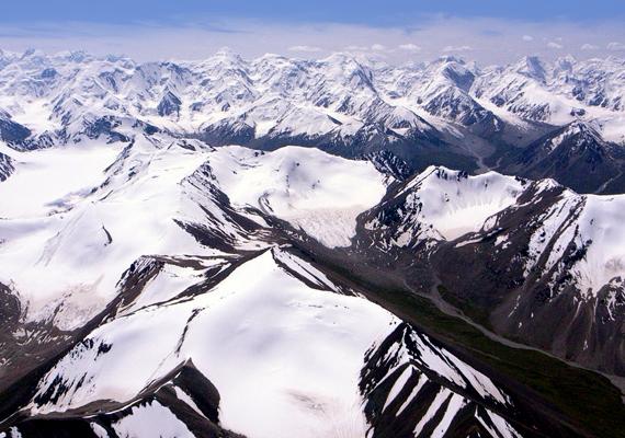 Almásy György, a híres Afrika-kutató, Almásy László édesapja fedezte fel az ázsiai Tien-san hegység addig ismeretlen, déli hegyláncát.