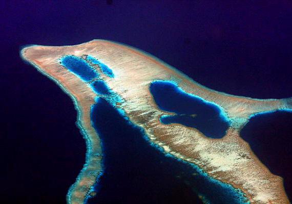 A delfin alakú sziget Indonéziában található.