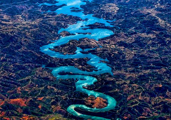 A portugáliai Odeleite folyót nem véletlenül nevezik kék sárkánynak.