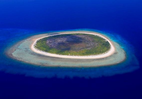 Ez a Maldív-szigetek között található szigetecske pedig egy emberi szemre hasonlít.