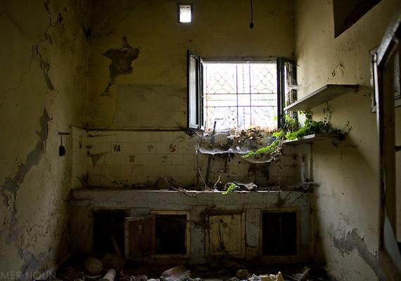 1983-ban 63 keresztényt öltek meg a faluban a drúz közösség tagjai. Voltak, akiket saját házaikban lőttek le, illetve, amikor épp ajtót nyitottak.