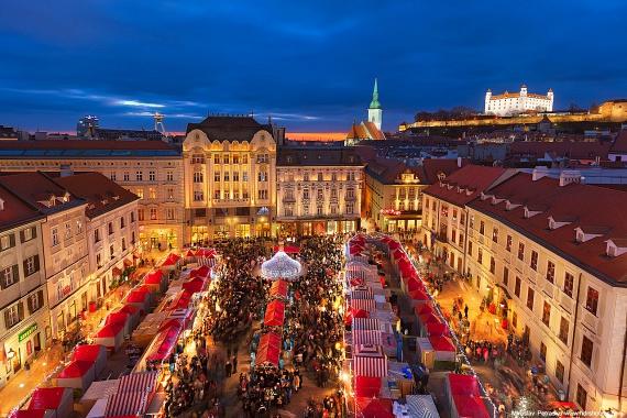 A pozsonyi belvárosban már 18-án felgyúltak a fények, amivel egészen a karácsonyt megelőző csütörtökig, azaz december 22-éig várják a látogatókat. A városnézés és a forralt borozás mellett más lehetőség is akad: a helyszínen ugyanis folyamatos programokat és koncerteket tartanak. A MÁV vonataira 17,5 eurós retúrjegy váltható.