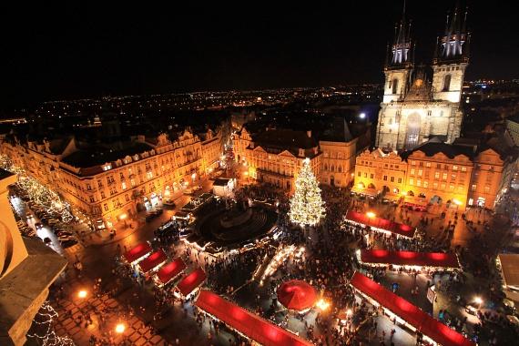 Mára Bécs mellett a klasszikus karácsonyi programok közé emelkedett a prágai vásár is, ami nem véletlen. A romantikus városkép minden évszakban temérdek érdekességet kínál a látogatók számára. A vásár most szombaton nyit, de egészen január 1-jéig várja a turistákat. A kirándulójegy ára49 euró, de egyes jegyeket már 19 eurótól is lehet kapni.