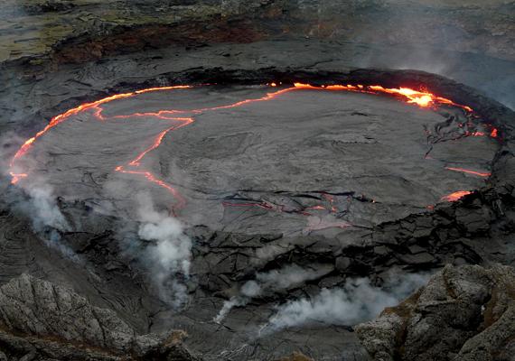 A vulkanikus tevékenység igen erős a hasadékvölgy területén. A képen az etiópiai Erta Ale-vulkán látható.