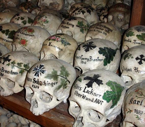 A koponyákra színes virágokat festenek, és ráírják egykori tulajdonosuk nevét is.