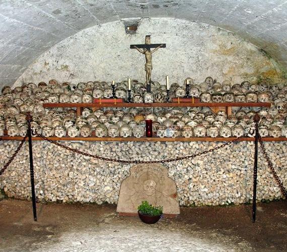 Mivel a temetőben nincs elég hely, a halottak csontjait a hely csontházában helyezik el.
