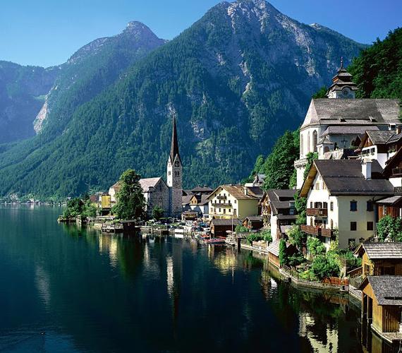 A városka, mely mindössze ezer lakóval bír, egymás fölé épült házak sorából áll.