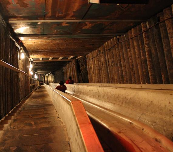 A bánya különböző szintjeit csúszdák kötik össze, ezeken közlekednek a turisták is.