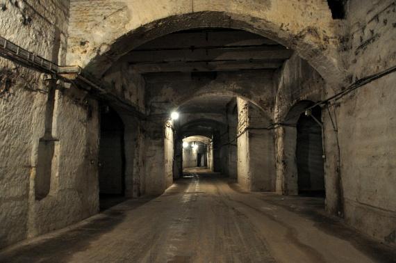 A legtitokzatosabb múltú járatok egyike a kőbányai pincerendszer, amelyet egykor a nevéhez hűen a bányászatban hasznosították. Miután ez megszűnt, az alagutaknak új funkciót próbáltak adni, előbb a borospincészetek, később a sörfőzdék. Egykori bejárata az Örs vezér teréhez közeli Élessaroknál kezdődött, és mintegy 196 ezer négyzetméteren terült el.