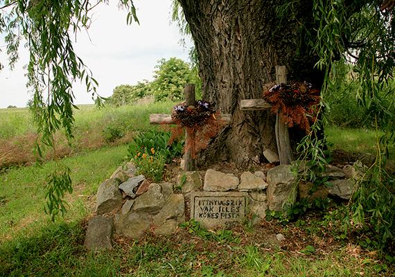 Különös korhangulatot őriznek a rezi betyársírok. A Bakonyból Zalába menekülő Vak Illést és Kökes Pistát temették el itt, egy fűzfa alatt, miután elárulták őket, és rajtuk ütöttek a pandúrok.