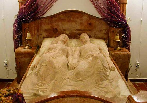 A fonyódi Kripta-villa Abrudbányai-Rédiger Ödön fiatalon elveszített szerelmének állít emléket. A legenda szerint, ha kedveseddel megfogjátok egymás kezét a márvány nászágy fölött, szerelmetek örökké tart majd.