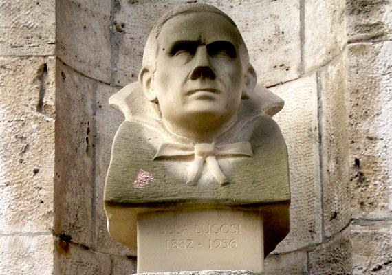 Bár a Vajdahunyadvár sokak számára kedvelt úti cél, kevesebben veszik szemügyre alaposan, ami igaz Lugosi Béla itt található szobrára is. Mint ahogy a színészt magát is Drakula-jelmezben helyezték örök nyugalomra, a szobrász is legendás szerepéhez hűen ábrázolta.