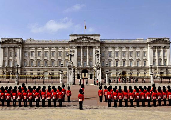 A londoni Buckingham-palota az angol királynő és a királyi család rezidenciája. Népszerű látványossága az őrségváltás, emellett a királynő több részét is megnyitotta a turisták előtt.