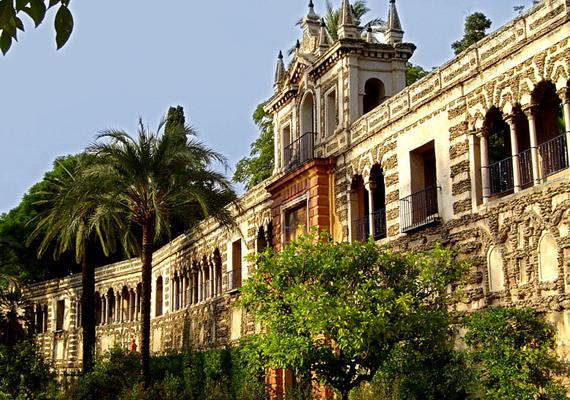 A Sevillában található Alcázart az Almohád-dinasztia építtette. Felső emeleteit máig a spanyol királyi család használja.