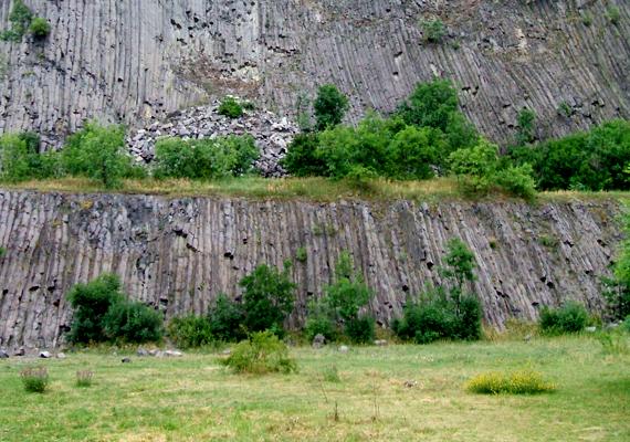 Zánka felől nézve a Hegyestű meredek, kúp alakú hegy, mely szintén a vulkanikus tevékenység nyomait mutatja be.