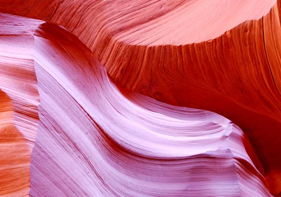 Többek között a kanyon hasadékain beszűrődő fénynek köszönhetőek a különös színátmenetek.