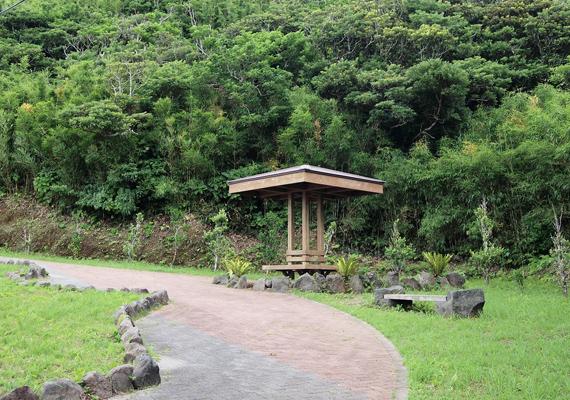 Aogashima Japán fennhatóság alá tartozik, ez az épületein is jól látszik. Ez a pihenő például magán hordozza a pagodák jellegzetes szerkezeti vonásait.