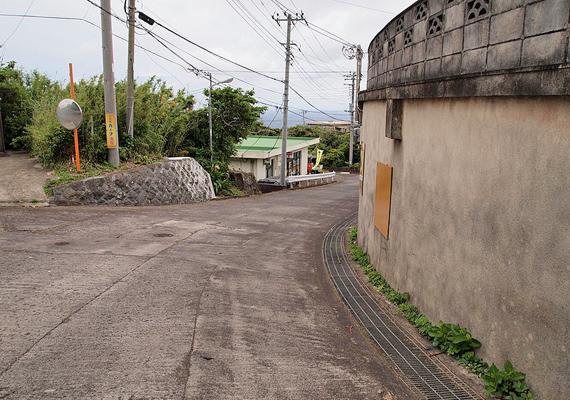 Az utcakép átlagos kisvárosra utal.