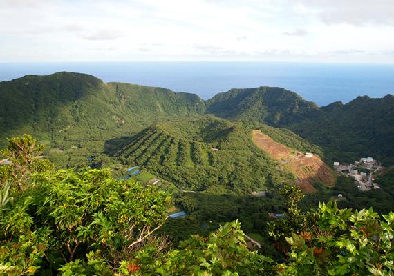 Édeni sziget, melynek lakói halászatból és földművelésből élnek.