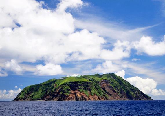 Aogashima magányosan álldogál a Filippínó-tenger közepén.