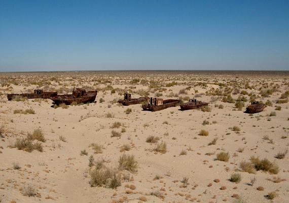 Végeláthatatlan sivatag vált a tómederből.