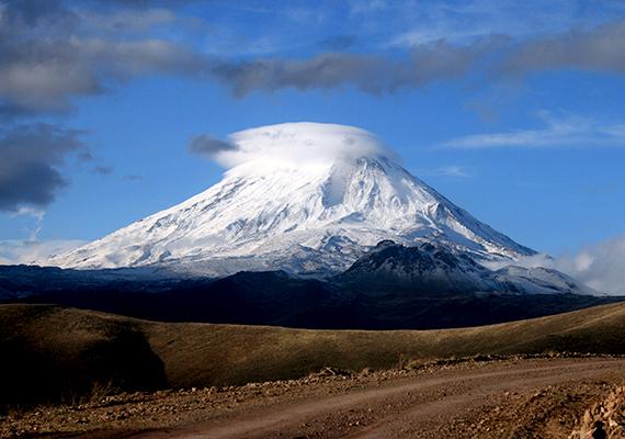 Az európai és afrikai kőzetlemezek összetorlódása által létrejött Ararát hegységnek több ötezer méteres csúcsa is van, egyik fő csúcsa pedig maga is az Ararát nevet kapta.